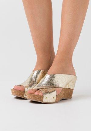 VENERE - Pantofle na podpatku - platino