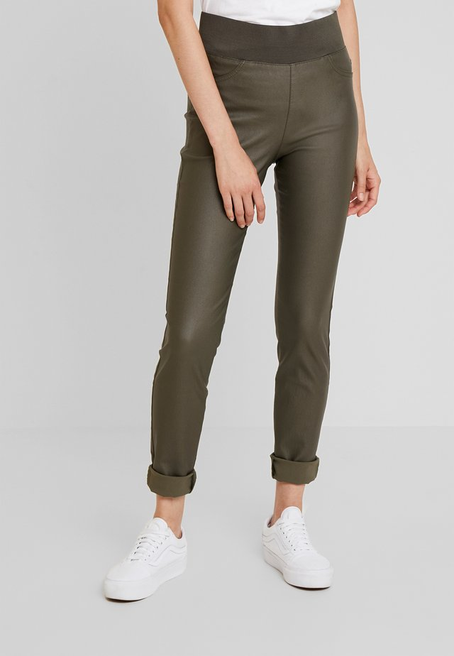 SHANTAL COOPER - Broek - olive night