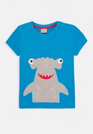 JAMES SHARK - Print T-shirt - motosu blue