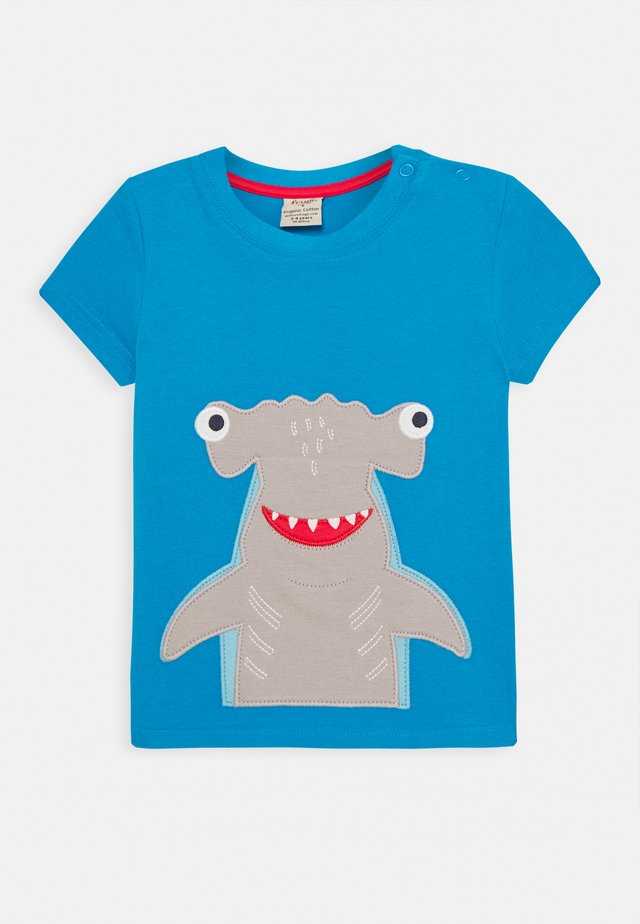 JAMES SHARK - T-shirt med print - motosu blue