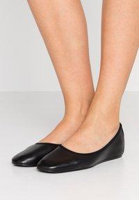 Filippa K - REY FLAT - Ballerinat - black - 0