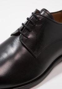 Filippa K - NEIL DRESS SHOE - Derbies & Richelieus - black - 5