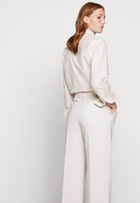 Filippa K - HUTTON TROUSERS - Bukser - ivory - 4