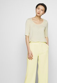 Filippa K - HUTTON TROUSERS - Trousers - faded yell - 3