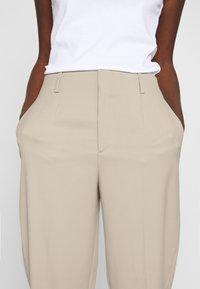 Filippa K - KARLIE TROUSER - Spodnie materiałowe - grey beige - 4