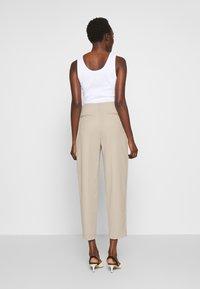 Filippa K - KARLIE TROUSER - Spodnie materiałowe - grey beige - 2