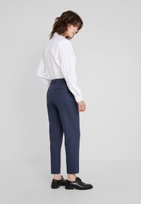 Filippa K - EMMA SUITING TROUSER - Kalhoty - indigo - 2