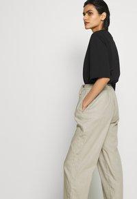 Filippa K - HAYLEY TROUSER - Pantalones - grey/beige - 3