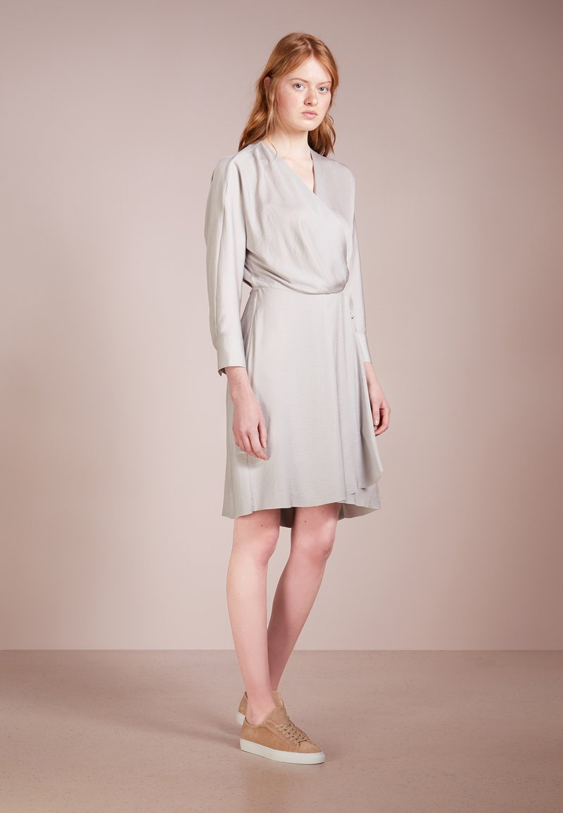 Filippa K - SLINKY WRAP DRESS - Freizeitkleid - stone