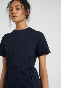 Filippa K - CREW NECK  DRESS - Žerzejové šaty - navy - 4