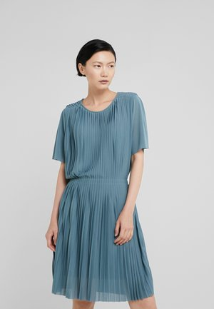 PLEATED DRESS - Robe de soirée - river