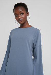 Filippa K - MEGHAN DRESS - Hverdagskjoler - blue grey - 4