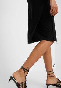 Filippa K - Pletené šaty - black - 5