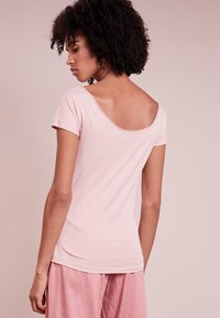 Filippa K - BALLERINA STYLE CAP SLEEVE - Camiseta básica - petal - 2