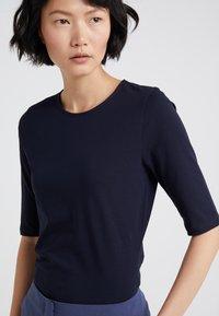 Filippa K - STRETCH ELBOW SLEEVE - T-shirts - navy - 4