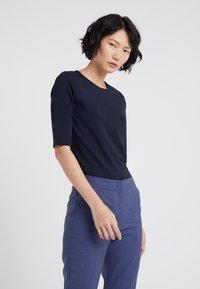 Filippa K - STRETCH ELBOW SLEEVE - T-shirts - navy - 0