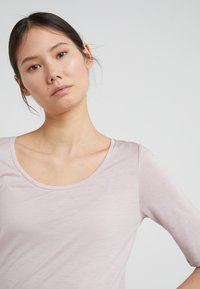 Filippa K - ELBOW SLEEVE - Basic T-shirt - frosty pin - 4