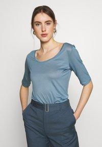 Filippa K - ELBOW SLEEVE - T-shirts - blue heave - 0