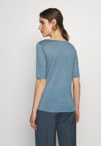 Filippa K - ELBOW SLEEVE - T-shirts - blue heave - 2