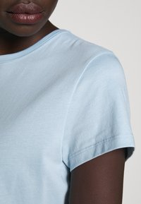 Filippa K - FLARED CAP SLEEVE - T-shirt basic - pale blue - 5