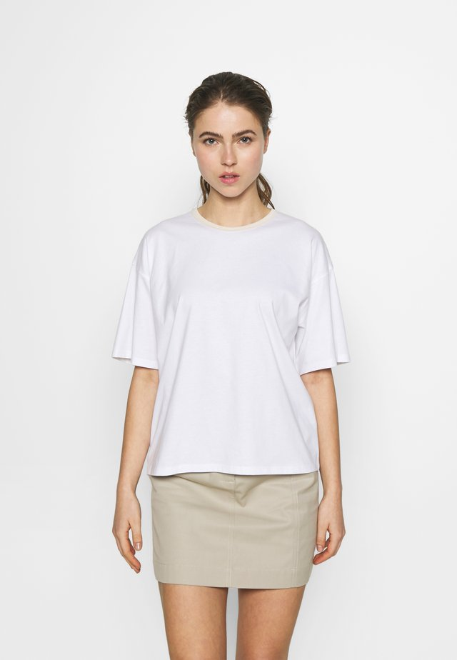 JANELLE TEE - Jednoduché triko - white
