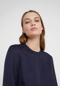Filippa K - FEN BLOUSE - Blusa - deep blue - 3