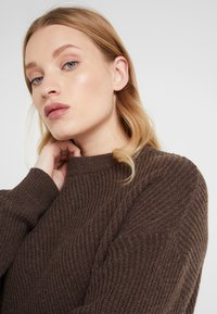 Filippa K - REBECCA SWEATER - Strikkegenser - dark oak - 4
