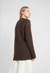 Filippa K - REBECCA SWEATER - Strikkegenser - dark oak