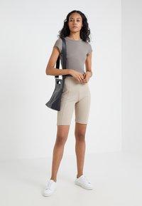 Filippa K - Shorts - light taupe - 1