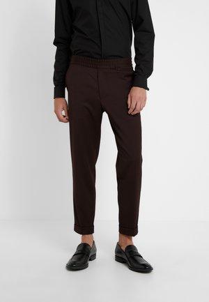 TERRY GABARDINE CROPPED PANTS - Pantaloni - deep shira