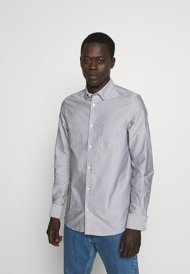 TIM OXFORD SHIRT - Vapaa-ajan kauluspaita - dark oak white mix