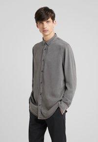Filippa K - BEN - Skjorte - gull grey - 0