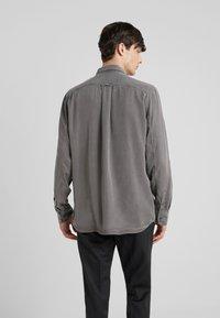 Filippa K - BEN - Skjorte - gull grey - 2