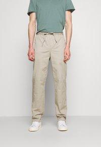 Filippa K - THEO TROUSER - Spodnie materiałowe - light sage - 0