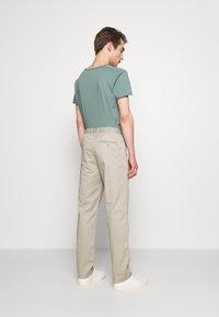Filippa K - THEO TROUSER - Spodnie materiałowe - light sage - 2