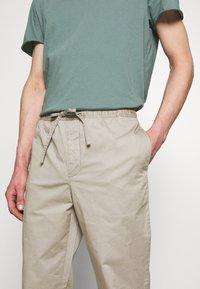 Filippa K - THEO TROUSER - Spodnie materiałowe - light sage - 3