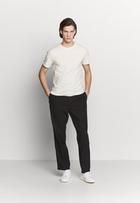 Filippa K - THEODORE TROUSER - Spodnie materiałowe - black - 1