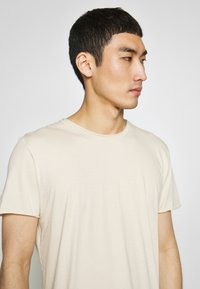 Filippa K - ROLLNECK - T-shirt basic - almond white - 4