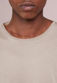 Filippa K - ROLL NECK TEE - T-shirt - bas - oyster - 4