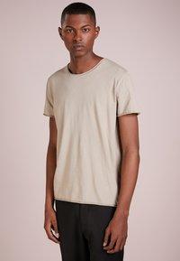 Filippa K - ROLL NECK TEE - T-shirt - bas - oyster - 0