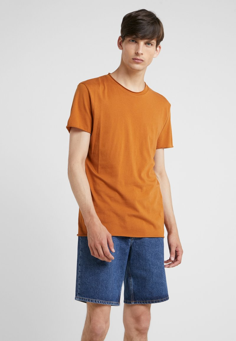 Filippa K - ROLL NECK TEE - T-shirts - dark ochre