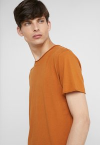 Filippa K - ROLL NECK TEE - T-shirts - dark ochre - 4