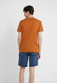 Filippa K - ROLL NECK TEE - T-shirts - dark ochre - 2