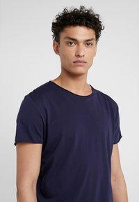 Filippa K - ROLL NECK TEE - T-shirts - deepwater - 4