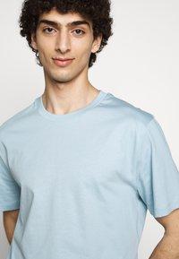 Filippa K - SINGLE CLASSIC TEE - Basic T-shirt - pale blue - 3