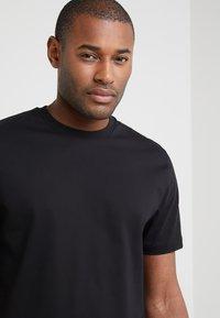 Filippa K - SINGLE CLASSIC TEE - T-shirt - bas - black - 4