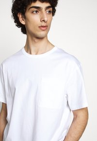 Filippa K - BRAD - Basic T-shirt - white - 3