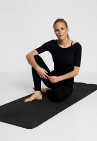 Filippa K - SLIM MID SLEEVE TOP - Jednoduché triko - black - 1
