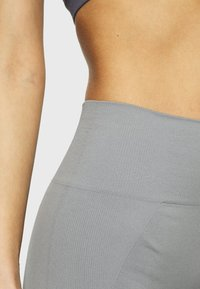 Filippa K - SEAMLESS OPEN HEEL LEGGINS - Medias - nickel grey - 5