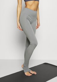 Filippa K - SEAMLESS OPEN HEEL LEGGINS - Medias - nickel grey - 0